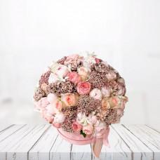 Розовая коробка с гвоздикой